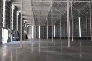 bodega industrial amplia, vigas y lamina instalada