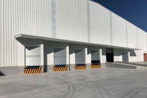 exterior de bodegas industriales amplio estacionamiento