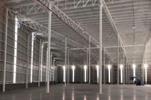 interior de bodega en parque industrial amplia