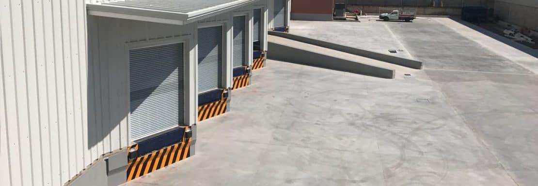 exterior de bodegas amplio estacionamiento