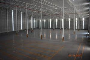 interior de bodega industrial con techo de lamina