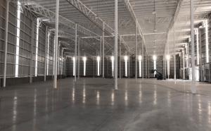 interior de bodega industrial amplia estructura armada