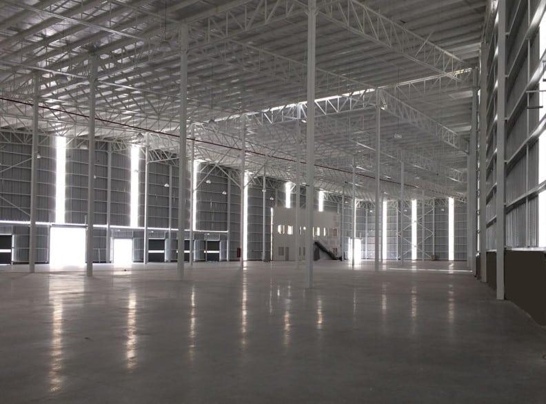 interior de bodega industrial vacia grande