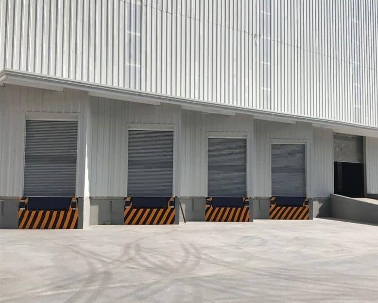exterior de bodegas altas para uso industrial
