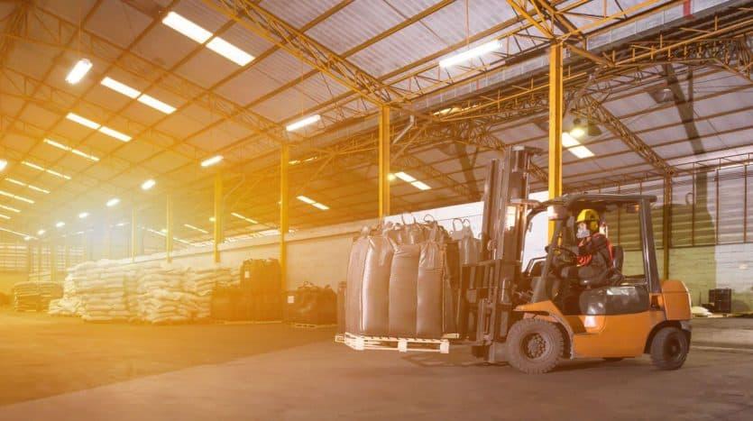 imagen de empleado con equipo para carga de producto
