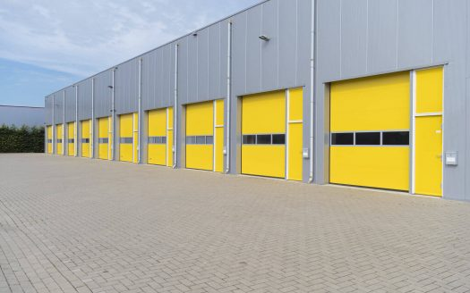 fila de bodegas puerta amarilla