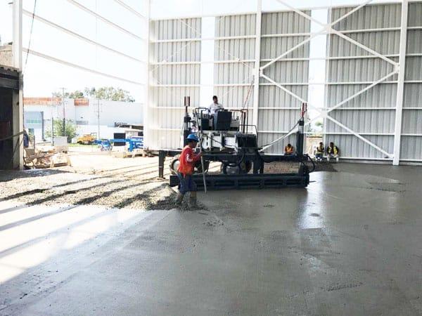 imagen de colado de concreto interior nave industrial