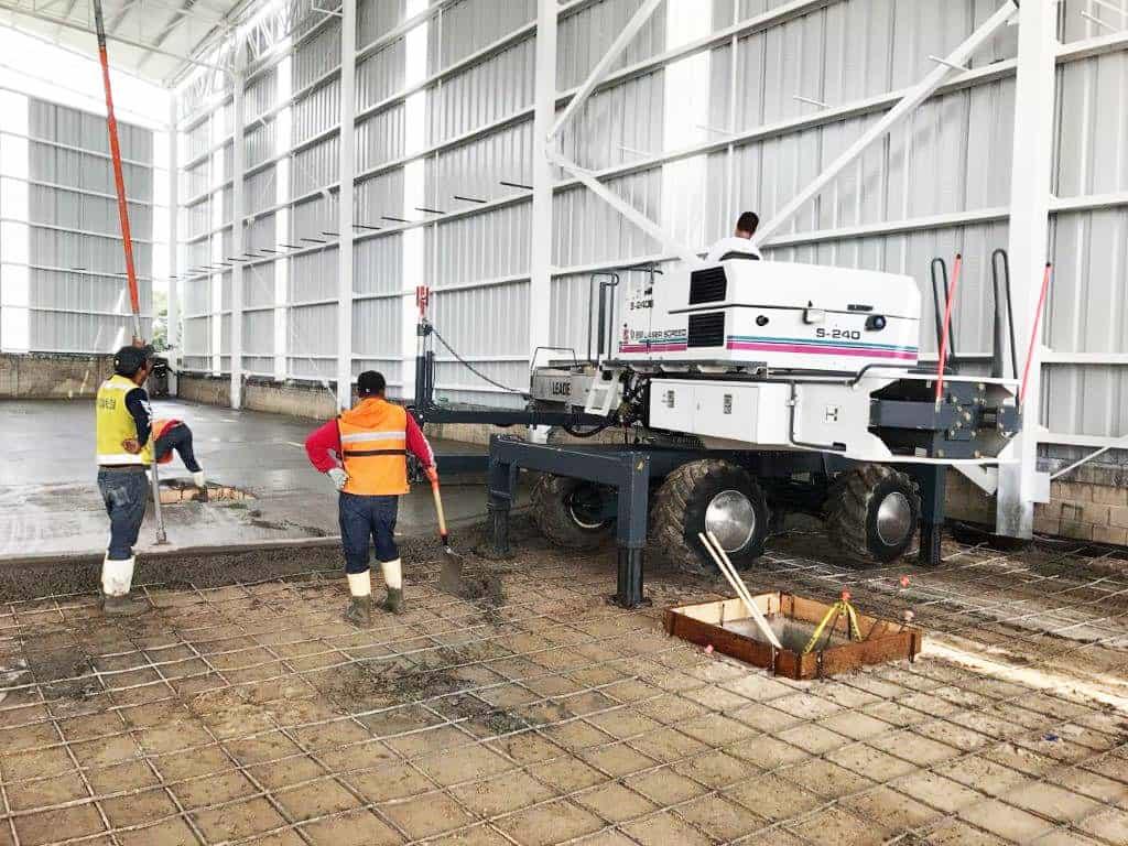 imagen de constructores y equipo para piso de cemento