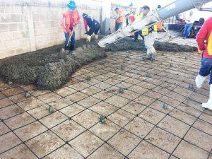 imagen de constructores haciendo colado de cemento