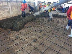 imagen de constructores haciendo colado de cemento detallado