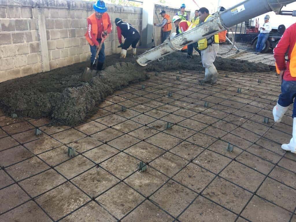 imagen de constructores haciendo colado cemento
