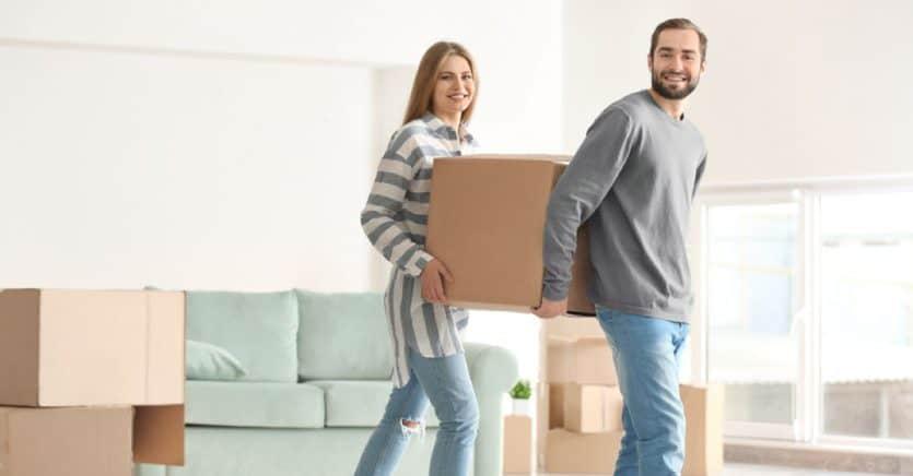 imagen de dos personas con caja de mudanza