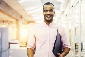 imagen de persona sonriendo con folder en la mano
