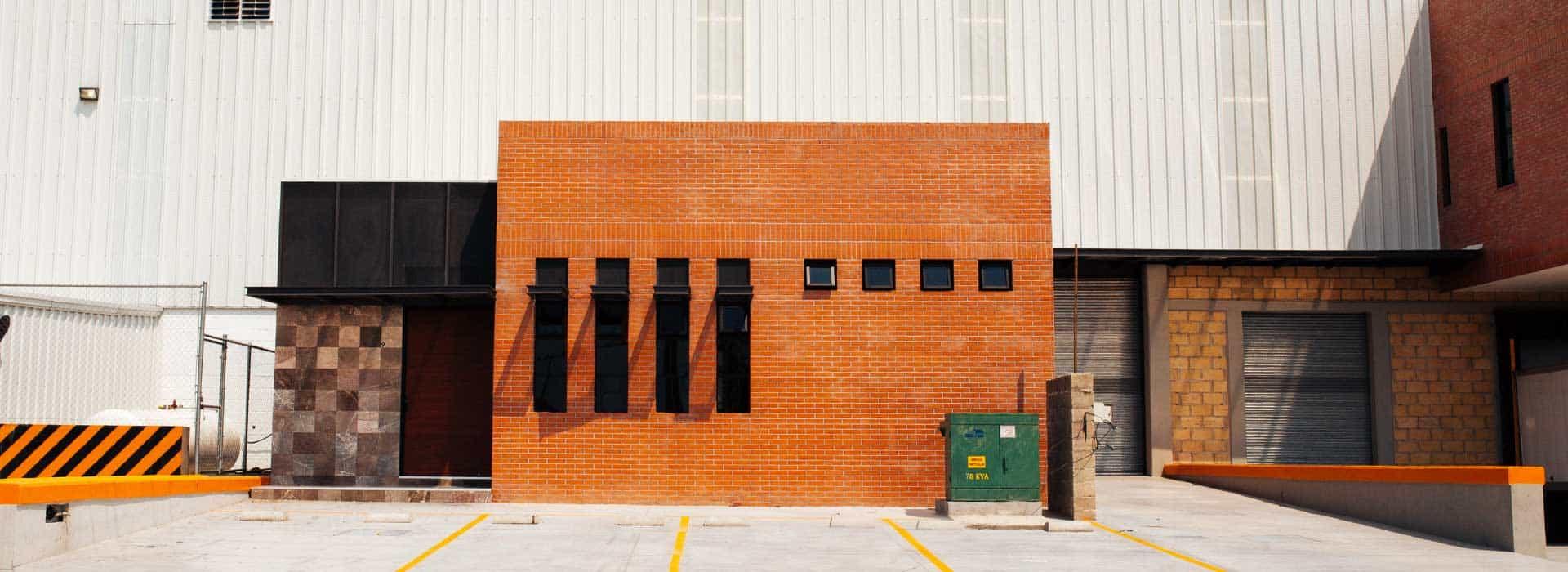imagen de fechada de bodega industrial amplia