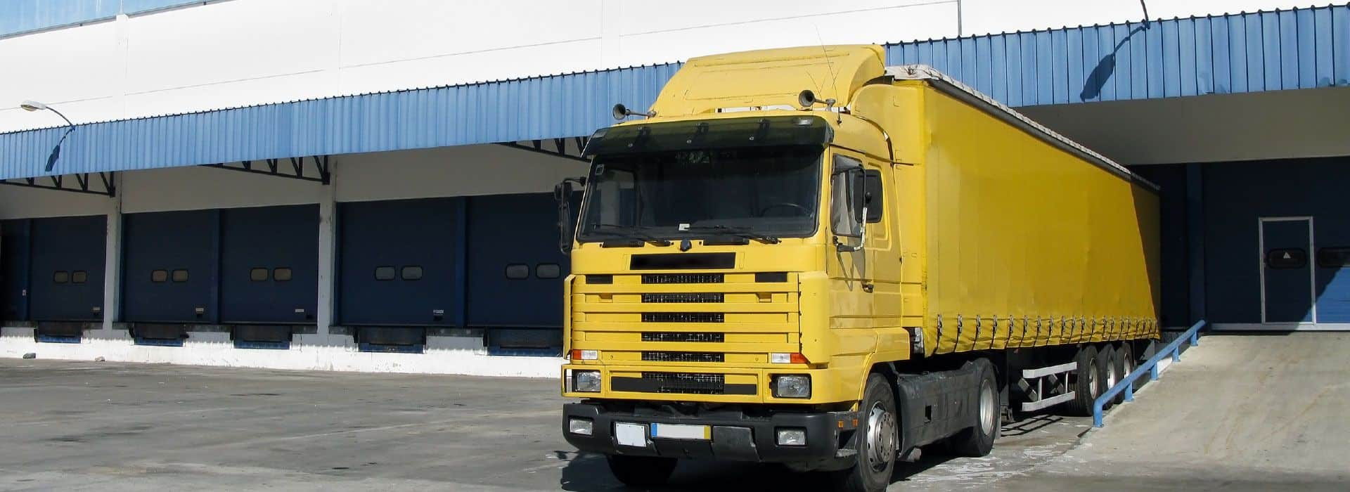 imagen-trailer-amarillo-fondo-nave-industrial