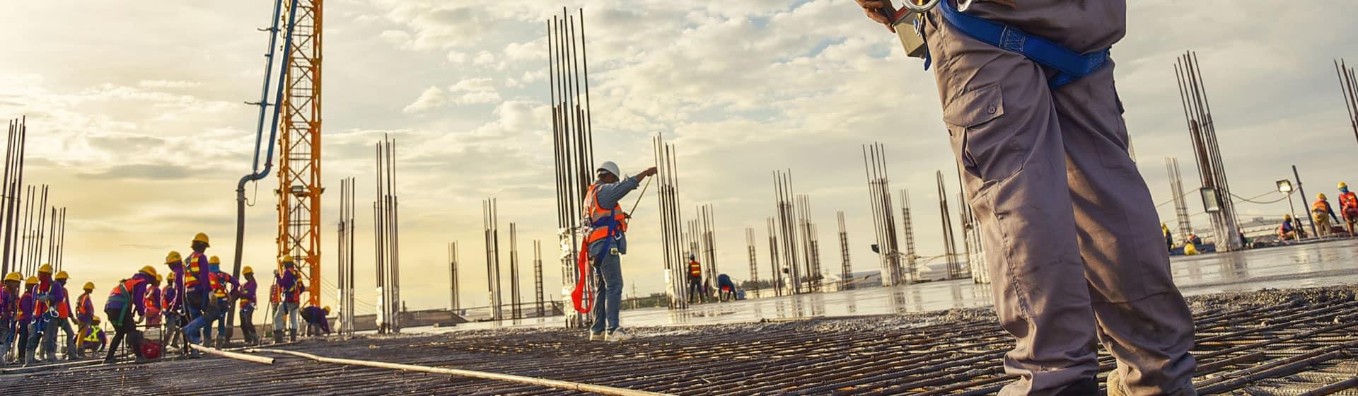 trabajadores iniciando construcción de bodega
