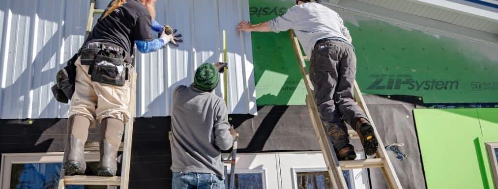 3 hombres instalando lámina