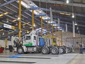 interior de nave industrial con trailers