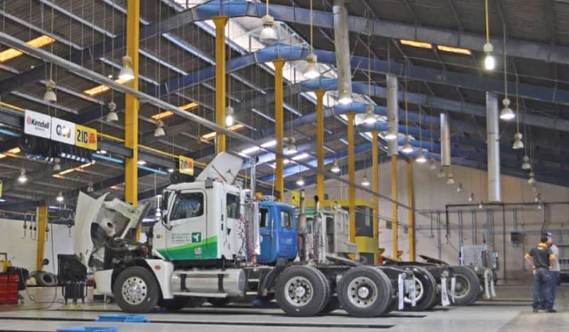 interior de nave industrial con trailers