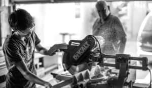 trabajador en negocio de maderera