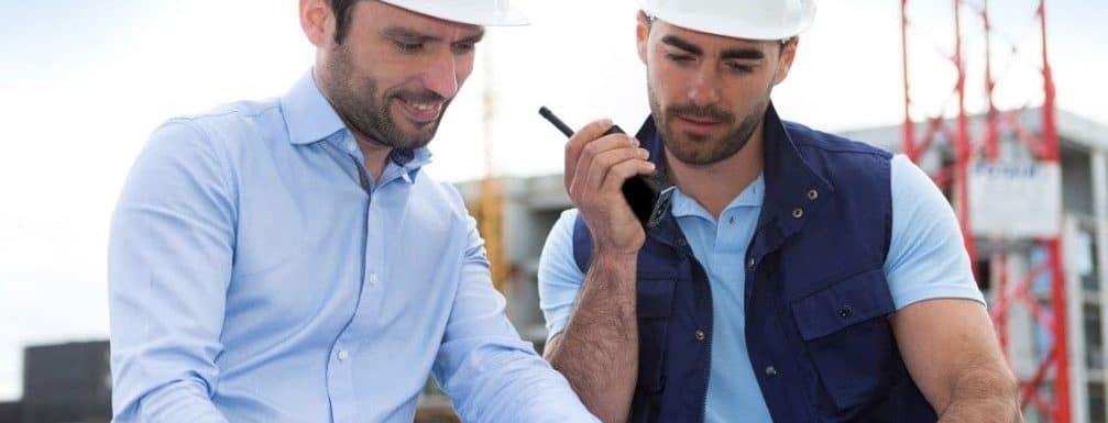 hombres en planeación de construcción