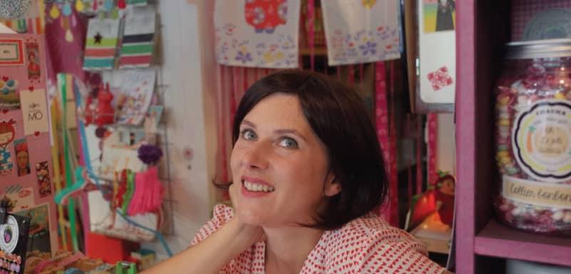 mujer trabajando en su negocio