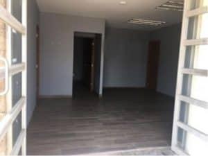 interior de bodega industrial con oficina