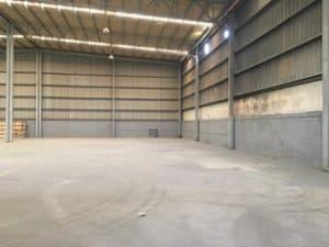 Interior panorámica de bodega industrial vacía