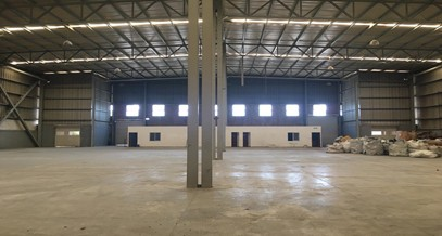 Interior panorámica de bodega industrial