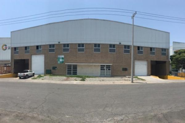 exterior amplia de bodega industrial