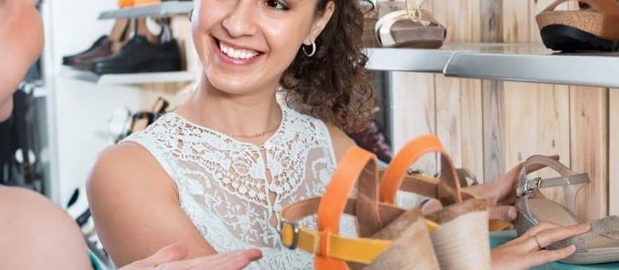 mujer trabajadora de tienda de zapatos