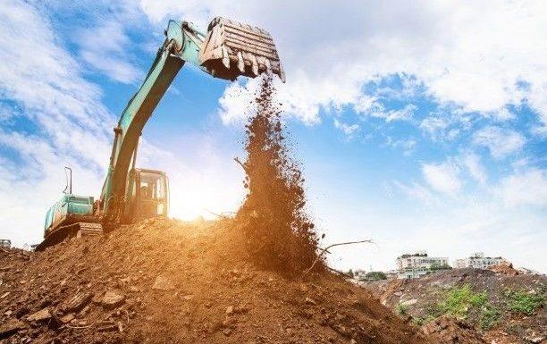 imagen de excavadora en terreno industrial