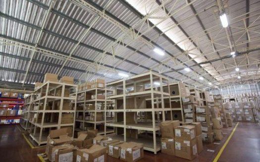 Interior de nave industrial, techo de lámina