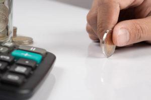 imagen de mano sujetando moneda