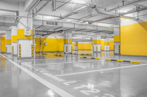 interior de estacionamiento de bodega industrial