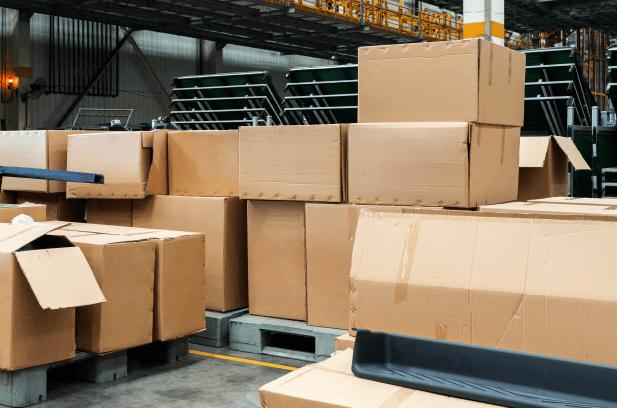 cajas dentro de bodega industrial