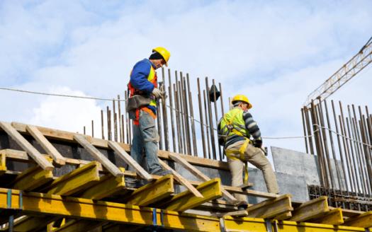constructores trabajando en edificio